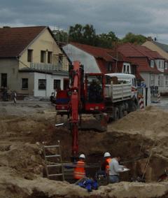 Archäo Kontrakt bei einer Ausgrabung in einem Wohngebiet